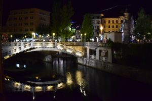 ponte riflesso sul fiume a lubiana by night