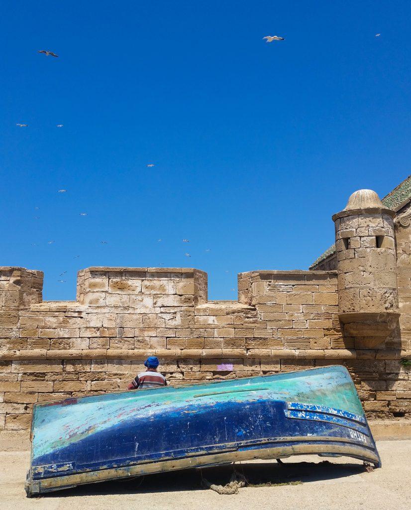 barca blu cielo blu pescatore porto di essaouira