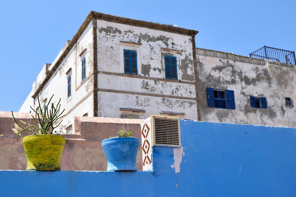 vasi giallo blu su terrazzino azzurro