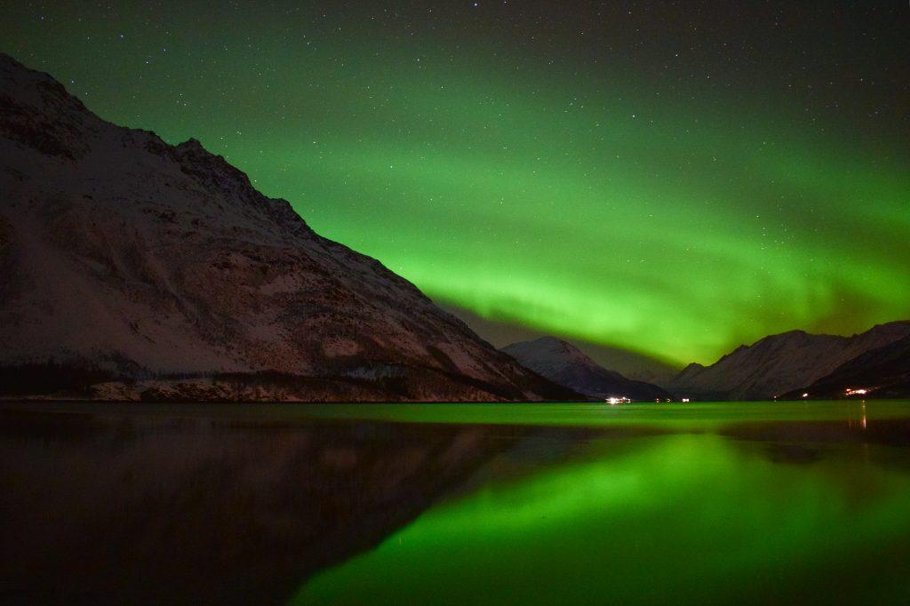 Aurora Boreale riflessa sul lago ghiacciato