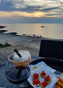Aperitivo sul mare al tramonto nel Salento
