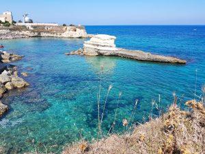 Il mare turchese dei faraglioni di sant'andrea
