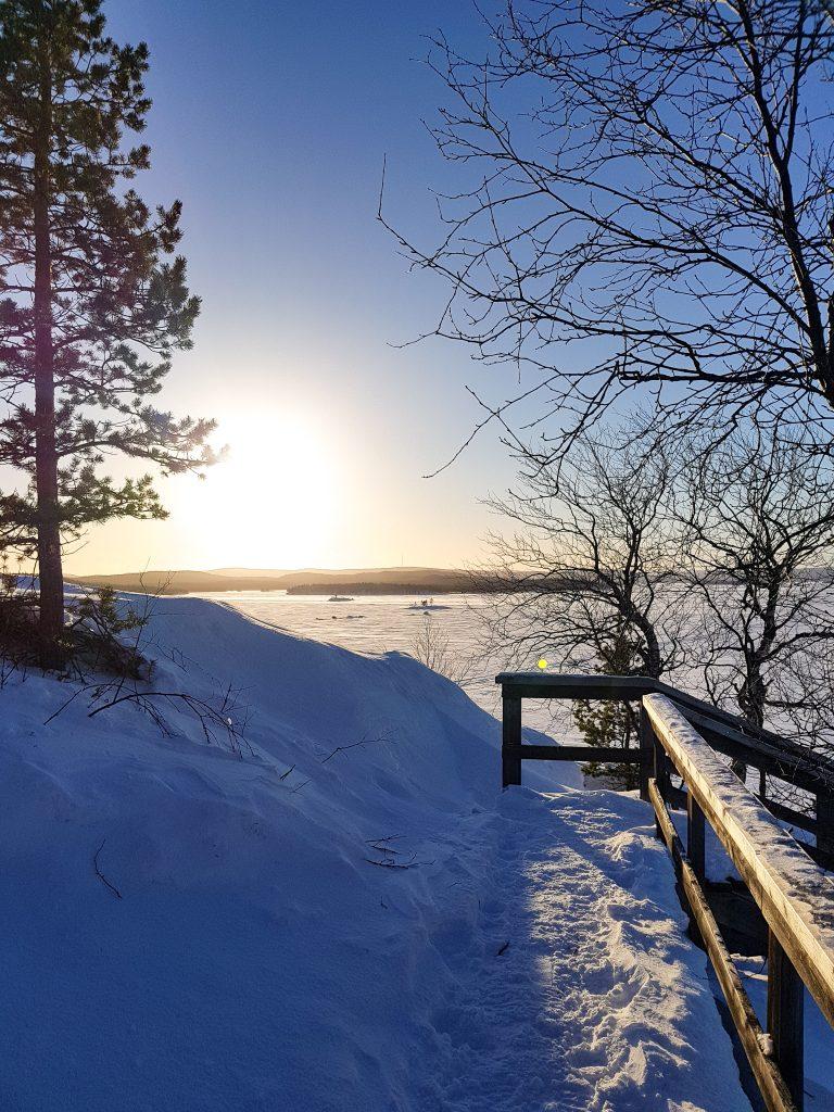 distesa di neve sul lago inari in lapponia